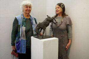 Marylyn och Marjatta vid skulpturen Över Hinder